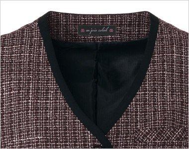 襟元に黒を効かせた配色は見た目も引き締まった安心感を与えます。
