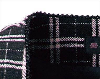 ラメ入りテープで上品な印象に仕上げたスクエアネックの襟元