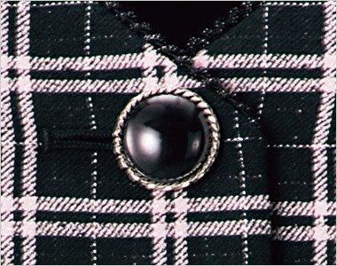 ツヤのある大きめのシルバー縁のボタン