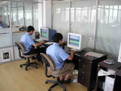 生地を有効利用すべく専門のプロがパターンをパソコンで調整