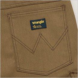 ブランドロゴを象徴的に魅せるデザインステッチ入りの右側ヒップポケット