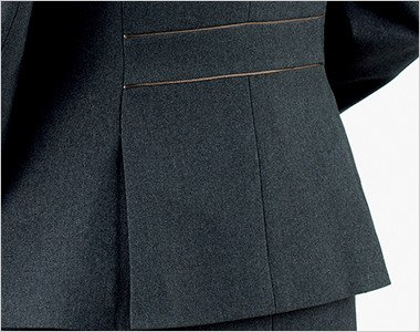 裾に入った後ろ身頃のサイドベンツが腰まわりにゆとりを持たせ、ウエストのパイピングが腰位置を高く見せます。