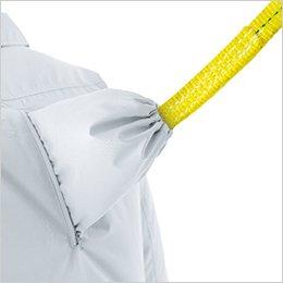 衣服内の空気を逃しにくくしながらランヤードを背中から出すことができる