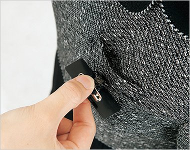 ネームプレートとペンを区分け収納できる名札ポケットと左胸ポケット