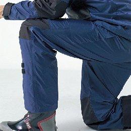 補強したひざ、さらに立体裁断で動きやすいパンツ