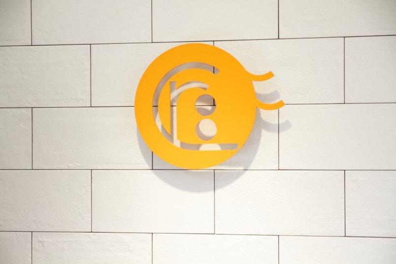 「acari」の文字をデザイン化したかわいらしいロゴマーク