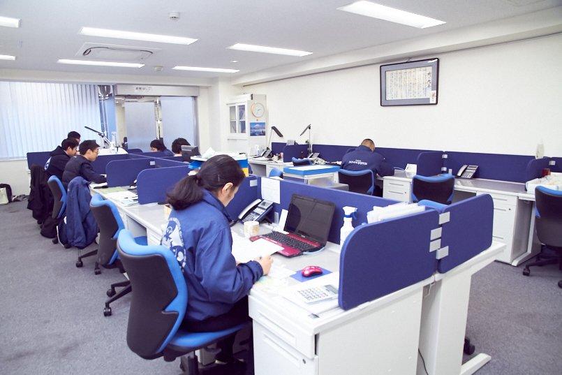 ユニフォームと同じブルーを基調としたオフィスで仕事に集中