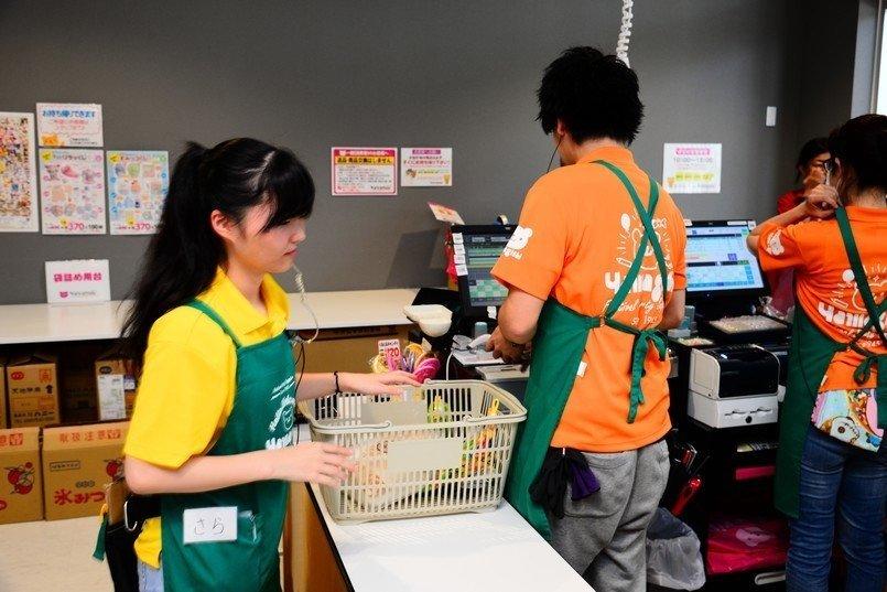 接客担当スタッフは、お客様から見つけやすいイエローやオレンジのポロシャツとグリーンのエプロン