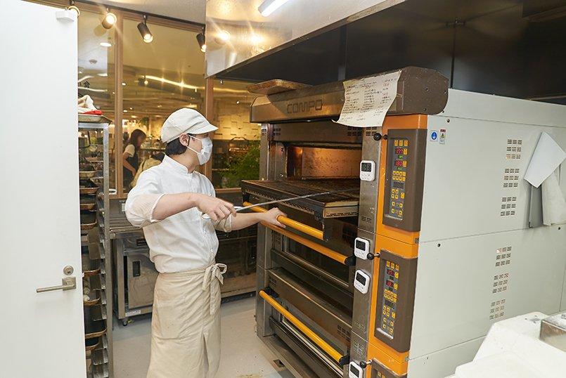 独自の製法により、数日経っても耳まで柔らかい食パンが完成